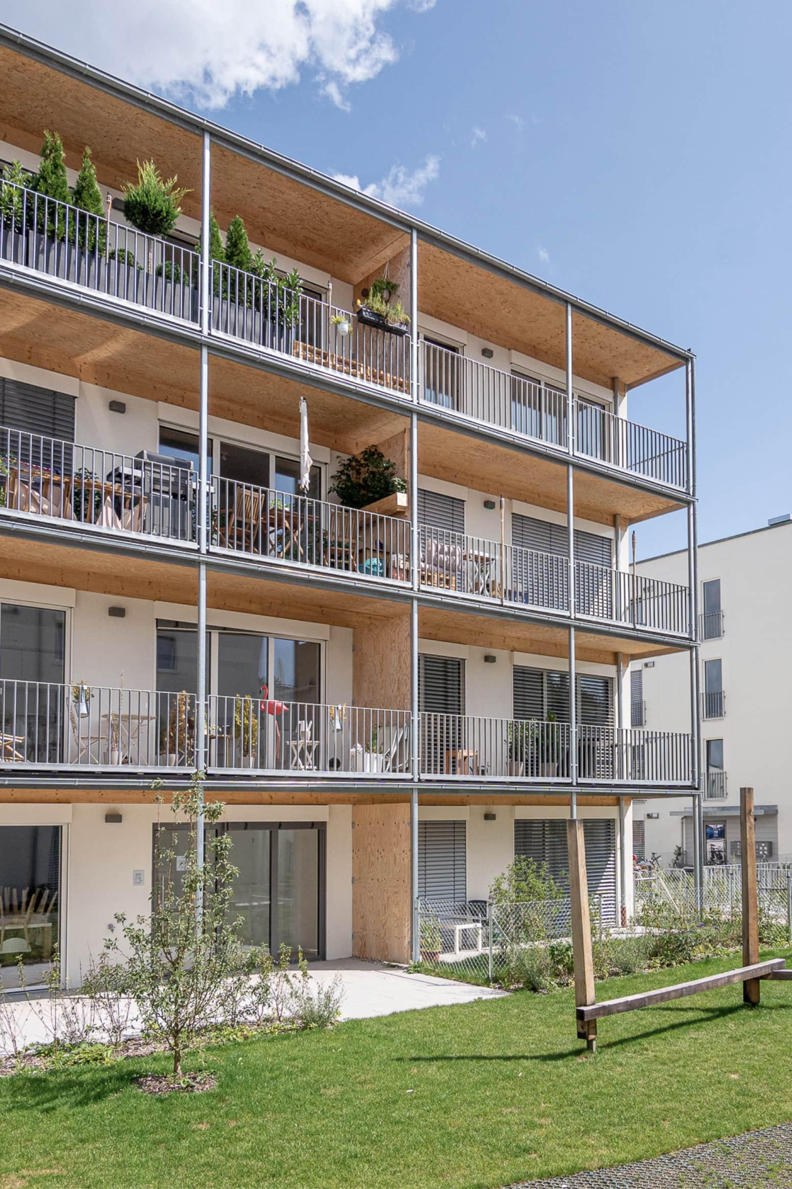 Seitliche Ansicht des Punkthauses der Passivhaus-Wohnanlage NEST P#01 im Prinz-Eugen-Park in München. Ausgezeichnet mit dem Callwey Preis Die besten Wohnbauten Deutschlands für das Nachhaltige Energiekonzept 2020.