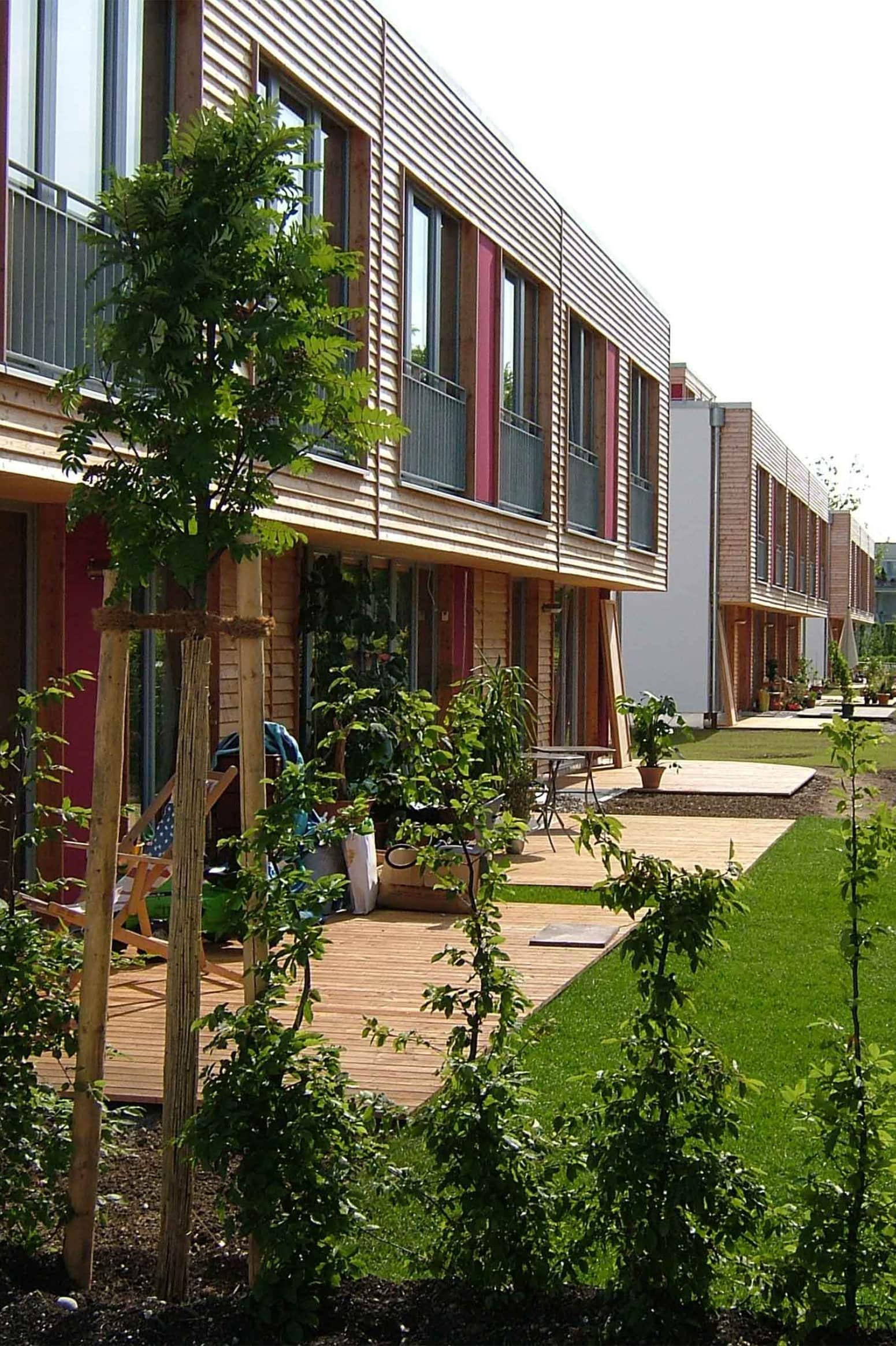 Gärten Süd der Nullenergie-Wohnanlage NEST R2 in der Messestadt Riem in München. Ausgezeichnet u.a. mit dem Bauherrenpreis 2008 für Wohn- und Gewerbebauten Messestadt Riem der Landeshauptstadt München.