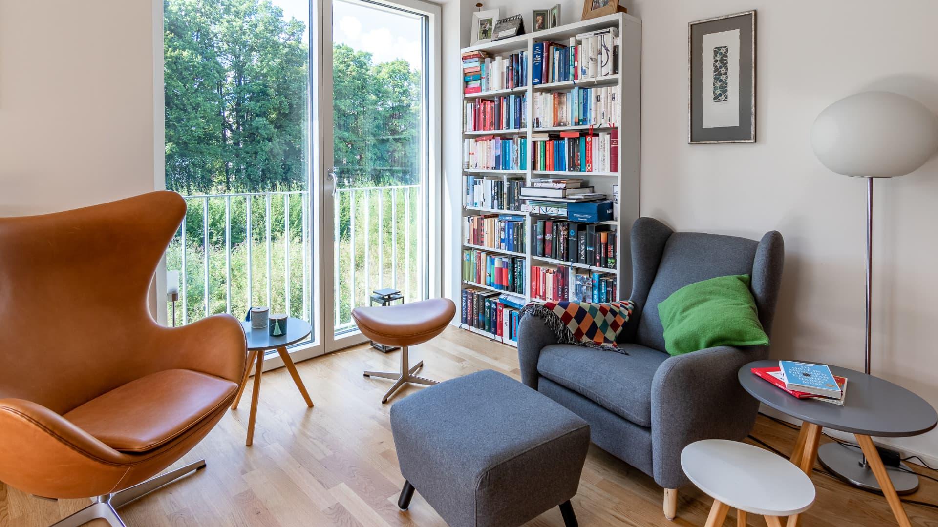 Wohnzimmer im 1. OG einer Maisonette-Wohnung in der Passivhaus-Wohnanlage NEST P#01 in München.